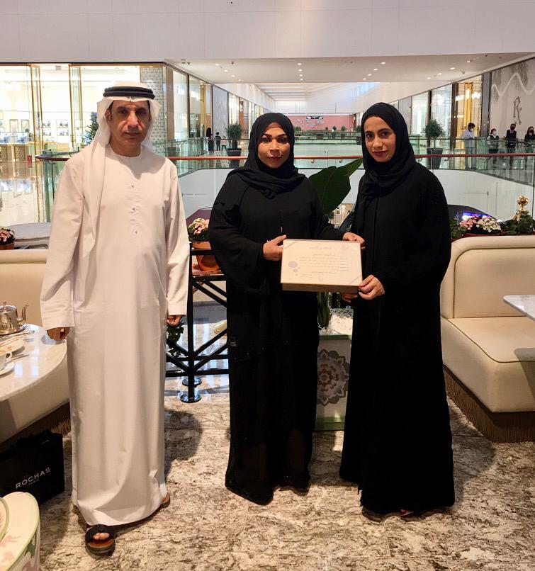 جمعية الصحفيين الإماراتية تكرم آمنة الكتبي عضو مجلس الإدارة السابق
