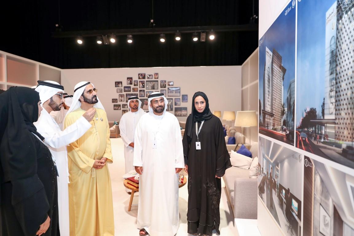 محمد بن راشد يطلع على تصميم المبنى الجديد لجمعية الصحفيين الإماراتية