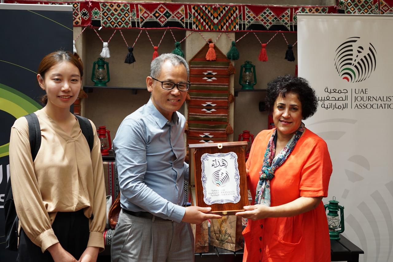 وفد صحفي صيني يزور مقر جمعية الصحفيين في دبي